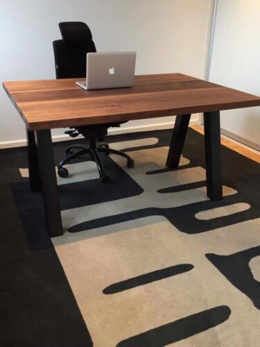 planke skrivebord valnød