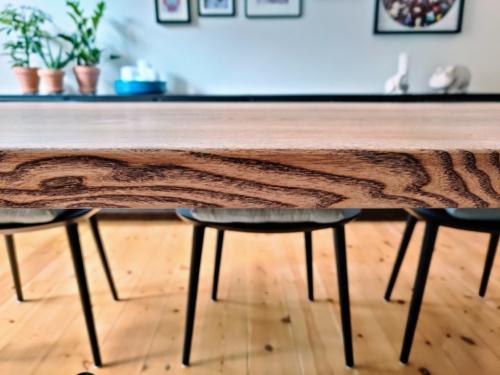 plankebord i ask med valnødolie i 2 planker